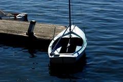 Zeilboot bij pijler Stock Fotografie