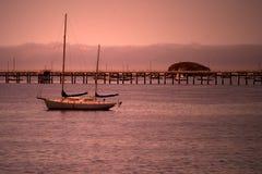 Zeilboot bij Schemer stock foto