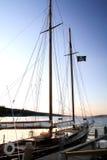 Zeilboot bij Schemer Stock Afbeeldingen