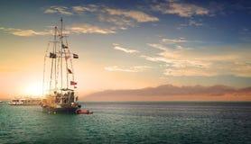 Zeilboot bij zonnige zonsondergang Royalty-vrije Stock Fotografie