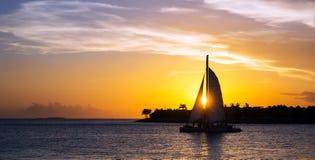 Zeilboot bij zonsondergang Royalty-vrije Stock Afbeeldingen
