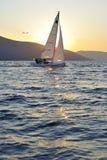 Zeilboot bij Zonsondergang Stock Afbeeldingen