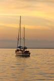 Zeilboot bij Zonsondergang Stock Foto's