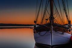 Zeilboot bij Zonsondergang Royalty-vrije Stock Foto's