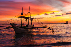 Zeilboot bij zonsondergangoverzees, boracay eiland Stock Foto's