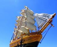 Zeilboot in blauw Stock Afbeeldingen