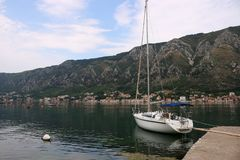 Zeilboot in de baai Montenegro van havenkotor royalty-vrije stock foto's