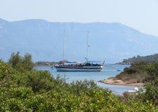Zeilboot in de haven van het Sedir-eiland in het Egeïsche overzees royalty-vrije stock afbeeldingen