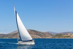 Zeilboot in de het varen regatta Stock Afbeeldingen