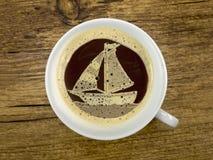 Zeilboot in de koffiekop Royalty-vrije Stock Foto's