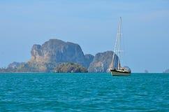 Zeilboot in de oceaan Royalty-vrije Stock Afbeelding