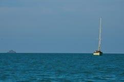 Zeilboot in de oceaan Stock Afbeeldingen