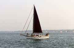 Zeilboot in de Rivier royalty-vrije stock foto's