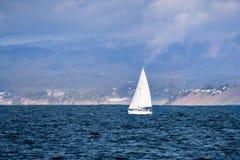 Zeilboot dicht bij de Vreedzame Oceaankustlijn dichtbij Moss Landing stock fotografie