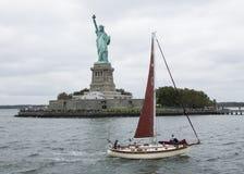Zeilboot dicht bij het Standbeeld van Vrijheid stock foto