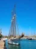 Zeilboot die in Barcelona wordt verankerd Stock Afbeelding