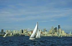 Zeilboot die de stad in rent stock fotografie