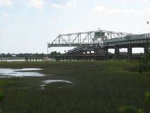 Zeilboot die door de brug van de benzager in Charleston South Carolina overgaan Royalty-vrije Stock Afbeeldingen