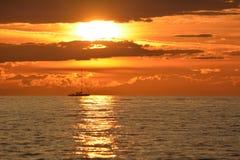 Zeilboot die door zonsondergang overgaan Royalty-vrije Stock Fotografie