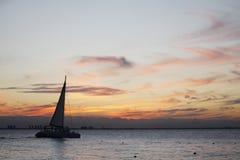 Zeilboot die het overzees kruisen bij middag royalty-vrije stock afbeeldingen
