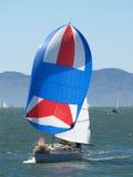 Zeilboot die met zeil loopt stock fotografie