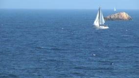Zeilboot die in oceaan in Spanje vaart stock footage