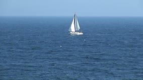 Zeilboot die in oceaan in Spanje vaart stock video