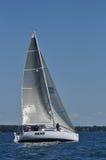 Zeilboot die op een Dag van de Zomer vaart Royalty-vrije Stock Afbeelding