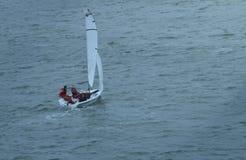 Zeilboot die stormachtige wateren navigeren stock foto's