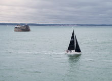 Zeilboot die stormachtige wateren navigeren Royalty-vrije Stock Fotografie