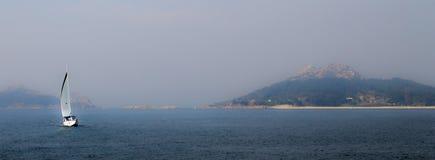 Zeilboot die uit Eiland komen stock foto