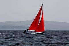 Zeilboot die zich snel beweegt Royalty-vrije Stock Afbeeldingen