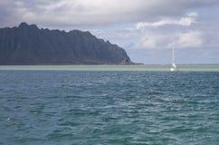Zeilboot door sandbar in Kaneohe Baai, Hawaï stock foto