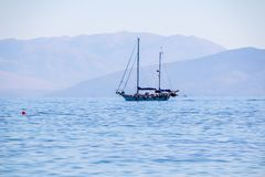 Zeilboot in duidelijk zonnig weer op het kalme overzees Middellandse Zee De vakantie van de zomer Het concept ontspanning stock fotografie