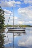 Zeilboot in een baai in Zweden Royalty-vrije Stock Foto's