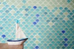 Zeilboot een miniatuur van varende boot De zomer en Reis cconcept stock foto's