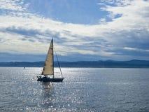 Zeilboot in een zonneschijn Stock Foto's