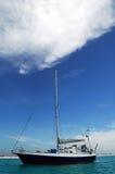 Zeilboot en blauwe hemel royalty-vrije stock afbeeldingen