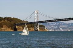 Zeilboot en brug stock foto