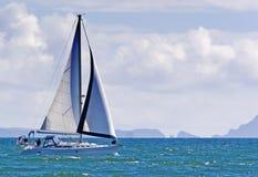 Zeilboot en Eiland Anacapa royalty-vrije stock afbeeldingen