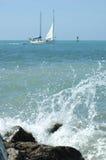 Zeilboot en golven stock afbeelding