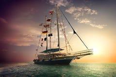Zeilboot en onweerswolken Stock Foto's