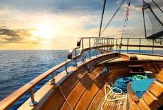 Zeilboot en overzees royalty-vrije stock afbeeldingen