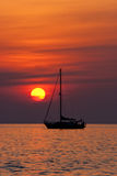 Zeilboot en zonsondergang royalty-vrije stock foto