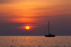 Zeilboot en zonsondergang Stock Afbeeldingen