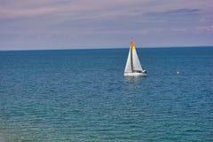 Zeilboot in het Adriatische overzees dichtbij Piran, Slovenië, het avontuur van de luxezomer stock afbeelding