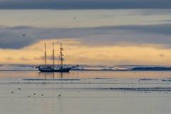 Zeilboot in het ijs van het Noordpoolgebied stock afbeeldingen