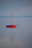 Zeilboot in het nog water Stock Afbeelding
