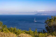 Zeilboot in het Overzees De achtergrond van de zomeraard stock afbeeldingen