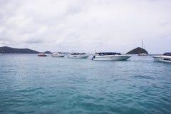 Zeilboot in het overzees in een de dag blauw water van de wolkenhemel royalty-vrije stock afbeeldingen
